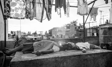 Roma: Alfonso Cuarón svolge il filo sublime di una poetica famigliare che trascende la tragedia con l'amore