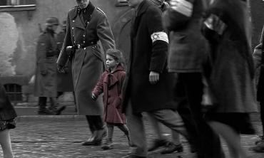 Come la bimba dal cappottino rosso, Schindler's List torna in sala nel Giorno della Memoria per scuotere le coscienze